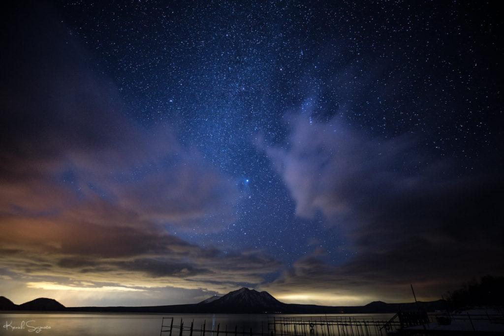 流星群の夜支笏湖で星空を撮影