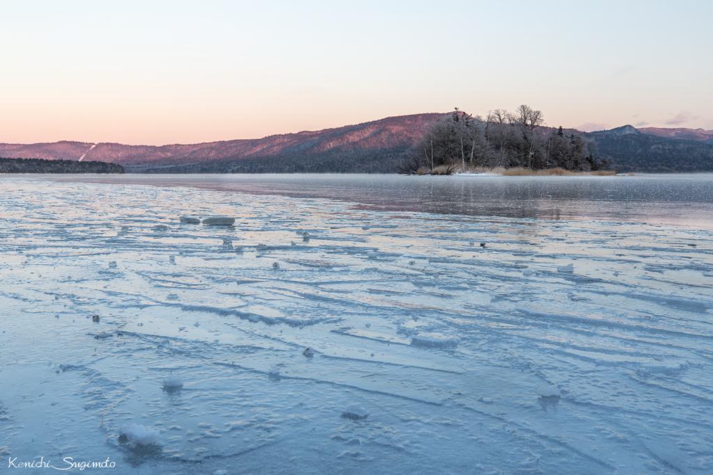 薄ら凍結した阿寒湖で朝を迎えました