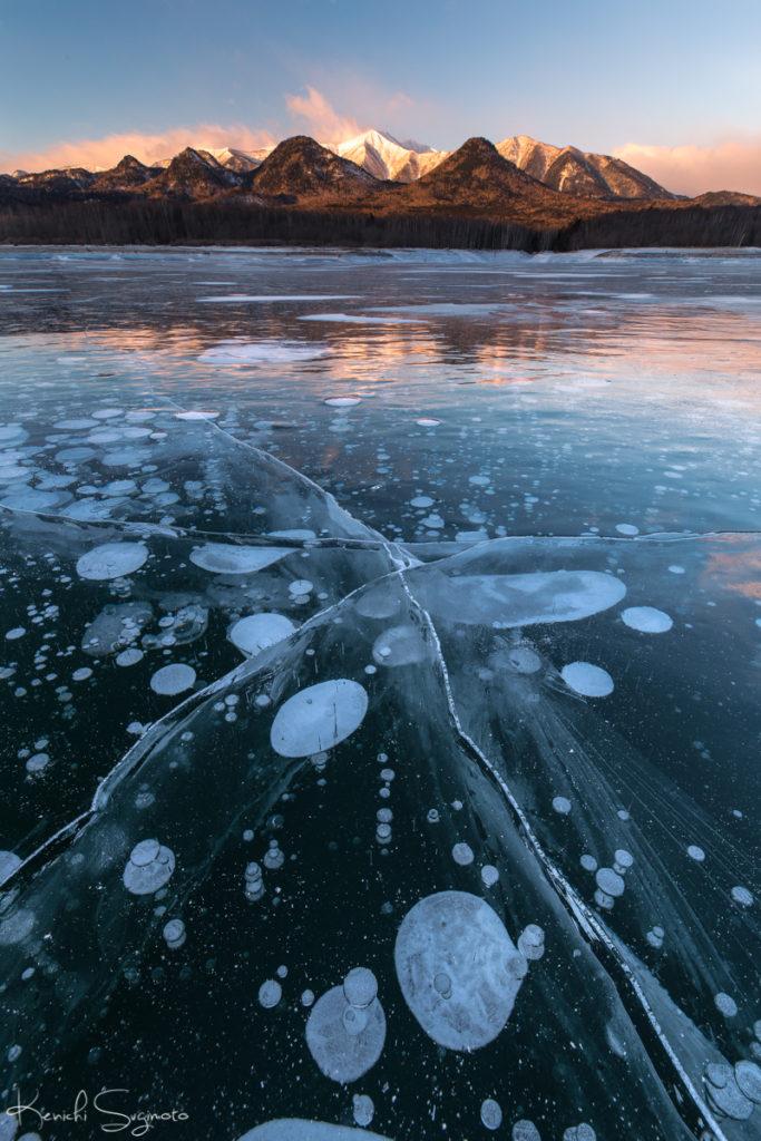 糠平湖のアイスバブルが美しい!