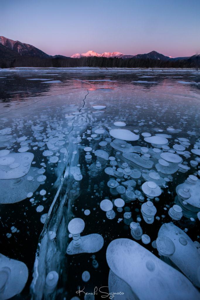 糠平湖のアイスバブルとモルゲンロート