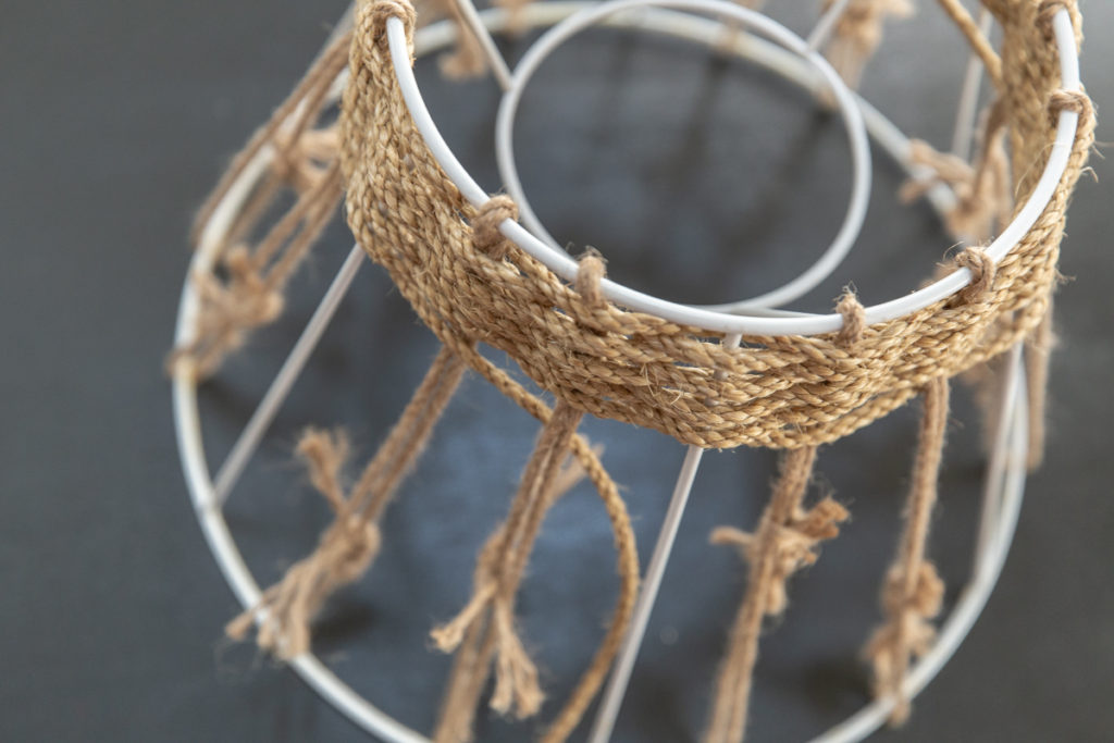 ランプシェードのリメイク。麻紐を編み込んでいきます!