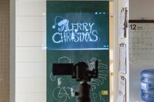 黒板塗料を塗った引戸に描きたい絵を投影する。