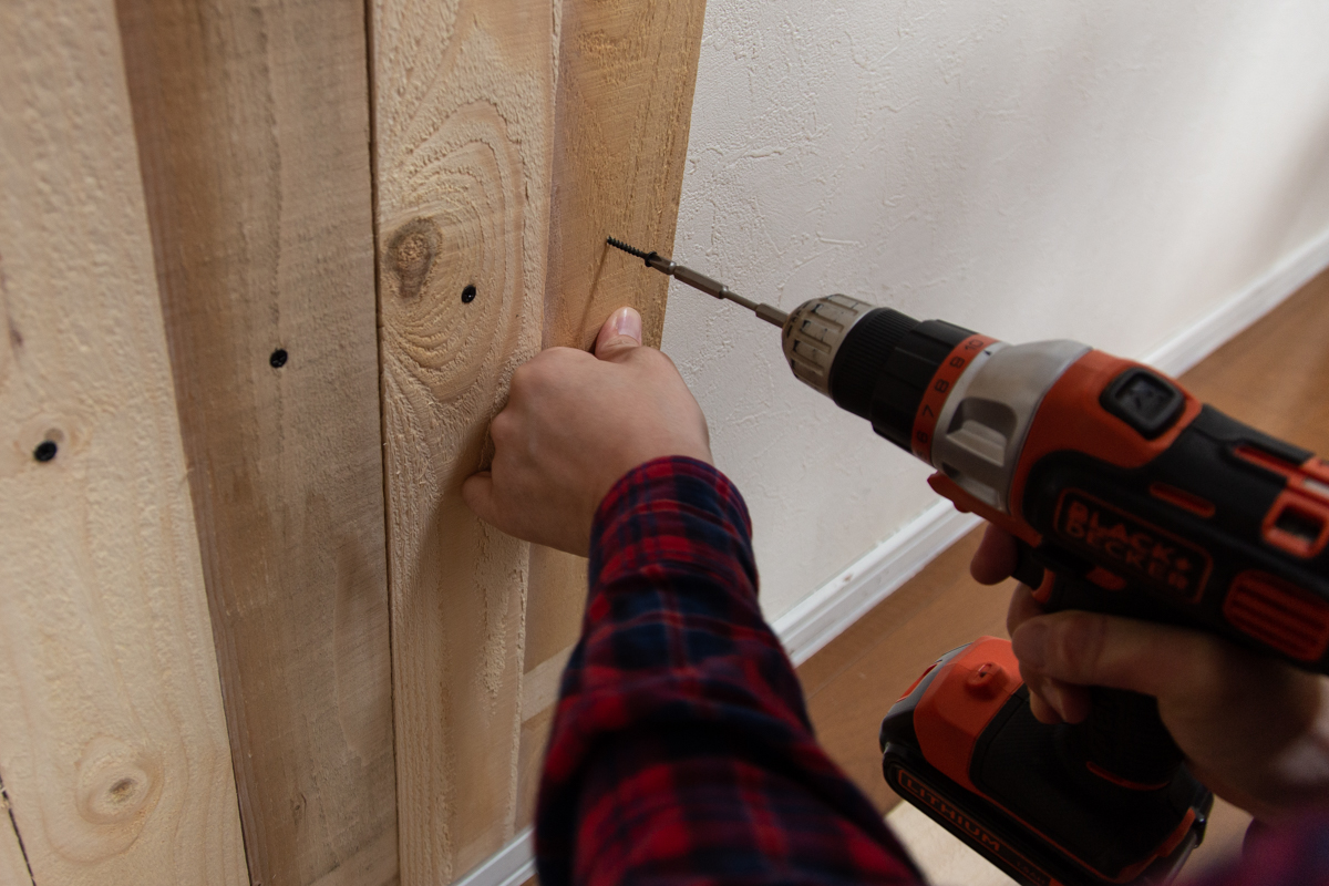 キッチンのカウンター下に板壁を作る