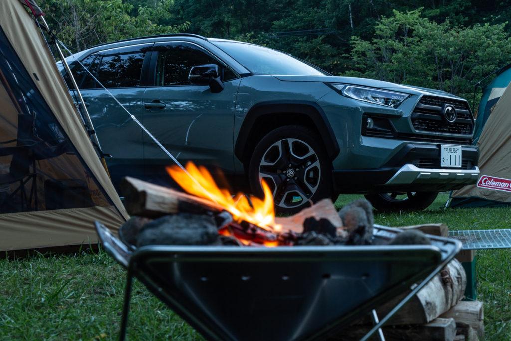 愛車とテント。厚田キャンプ場で焚き火を楽しむ