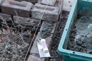 モルタルを使ってレンガを積んでいく。